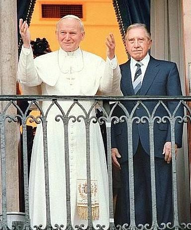 Jak powstało ukartowane zdjęcie papieża z dykatorem? - zdjęcie w treści artykułu