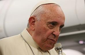 """Papież wyjaśnia, jak doszło do ślubu pary w samolocie. """"Musimy o tym powiedzieć księżom"""""""