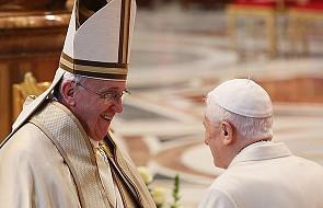 Krytycy papieża Franciszka kierują swe ostrze w papieża Benedykta XVI