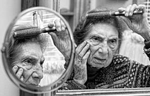 Ten fotograf postanowił odtworzyć wspomnienia swojej mamy [FOTO]