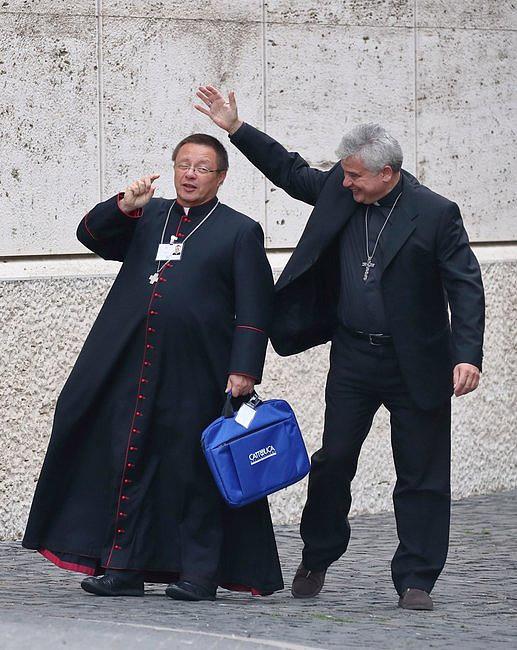 Myślicie, że synod to nudne spotkanie? Zobaczcie te zdjęcia kard. Krajewskiego i abp. Rysia - zdjęcie w treści artykułu nr 1