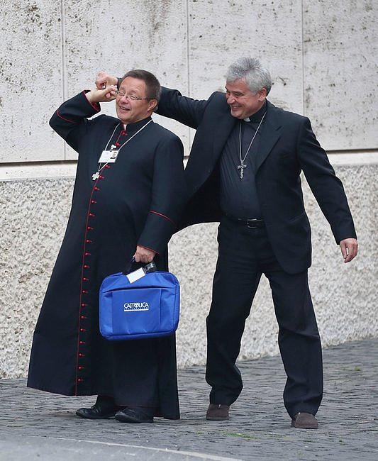 Myślicie, że synod to nudne spotkanie? Zobaczcie te zdjęcia kard. Krajewskiego i abp. Rysia - zdjęcie w treści artykułu