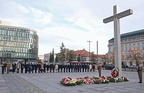 Premier oraz ministrowie złożyli kwiaty pod Krzyżem Papieskim na Placu Piłsudskiego