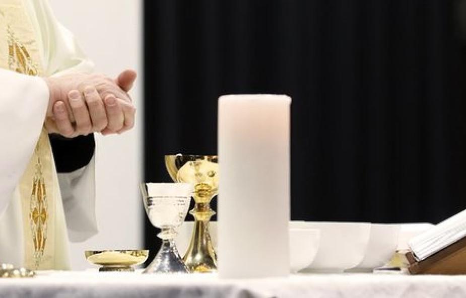 Ksiądz skazany za współżycie z głuchoniemą nastolatką odprawiał publicznie msze. Proboszcz: wierzę, że sąd się pomylił