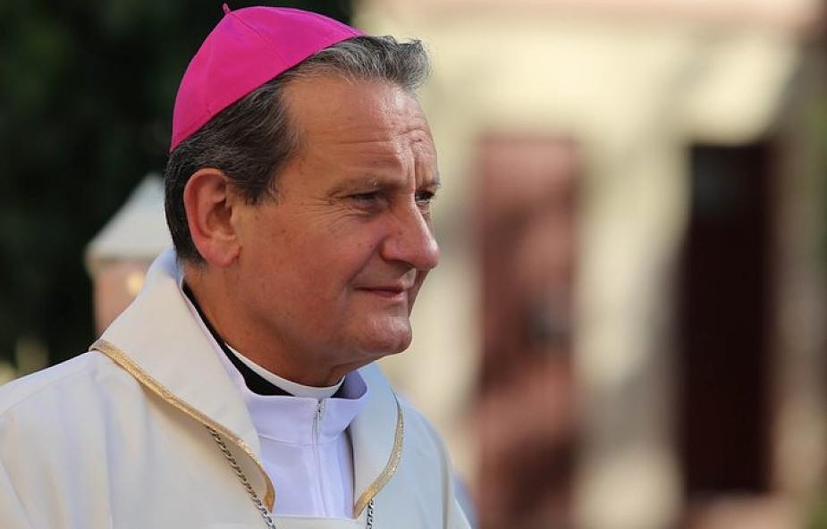 """""""Poznajcie się, nabierzcie pewności, że jesteście sobie przeznaczeni"""". Biskup odpowiada młodym o mieszkaniu przed ślubem"""