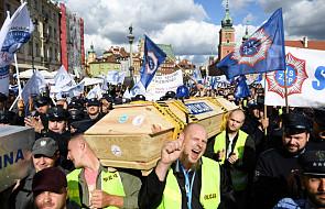 Mundurowi manifestują w Warszawie, domagają się m.in. podwyżek