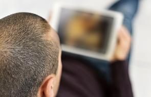 Brytyjski parlament wzywa rząd do ograniczenia pornografii. Dostrzega związek między pornografią a molestowaniem