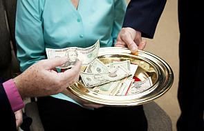 Ile tak naprawdę zarabiają księża?