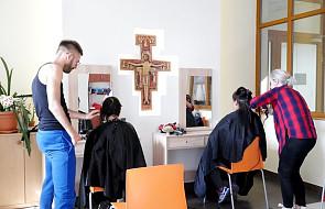 Święto ubogich w Krakowie: najlepsi fryzjerzy pomagają ubogim przejść metamorfozę
