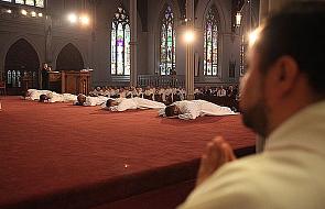 Koloratki dla (za) młodych panów. Czy kryzys w Kościele może mieć podłoże socjodemograficzne?