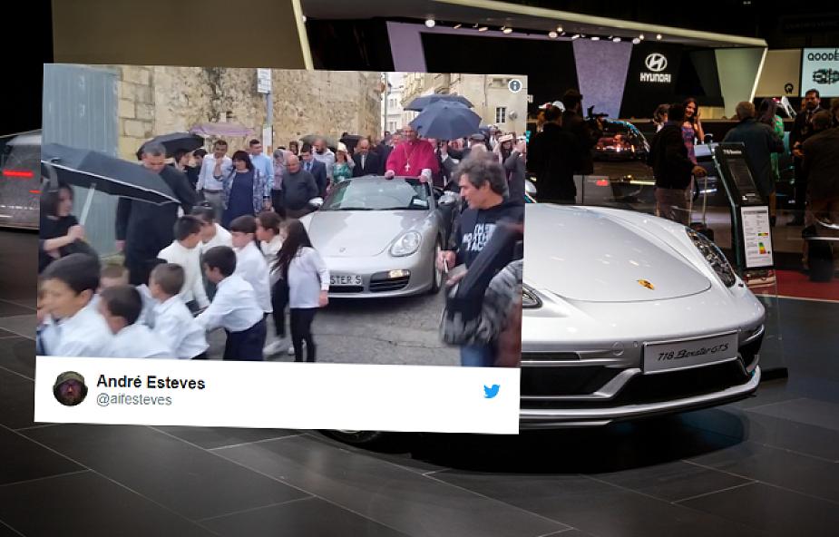 Dzieci ciągnęły Porsche z księdzem w czasie procesji. Internauci oburzeni