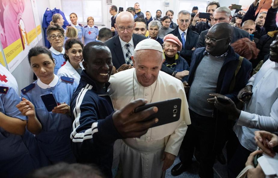 Papież zje obiad z ubogimi. Kard. Krajewski: to będzie Jezus pod postacią 1500 twarzy