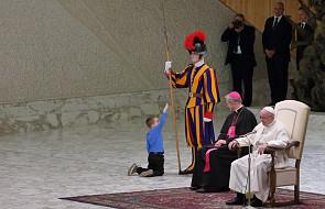 Na audiencji podbiegł do Franciszka mały chłopiec. Papież natychmiast zareagował