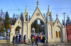 Modlitwy lwowian na cmentarzach Łyczakowskim i Janowskim. Zapalono prawie 40 tys. biało-czerwonych zniczy