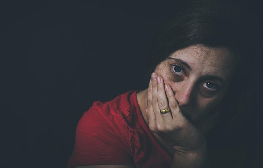 Spotyka się z kobietą, która była molestowana emocjonalnie