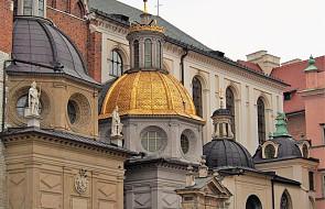 Kraków: do katedry wawelskiej powróciło pięć odnowionych sarkofagów