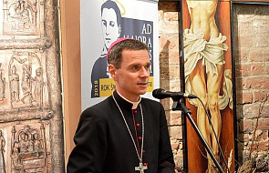"""Bp Milewski: stajemy się świętymi """"poświęcając się"""" Bogu"""