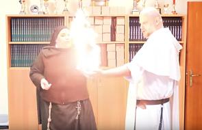 Zakonnica podpaliła ojca Adama Szustaka. Zobaczcie, co wydarzyło się na filmie