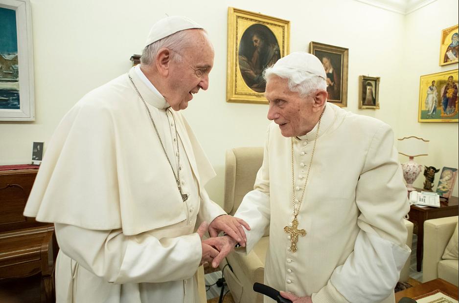 Watykan opublikował najnowsze zdjęcia Benedykta XVI z Franciszkiem [FOTO] - zdjęcie w treści artykułu