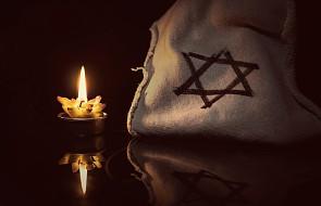 """Wandale oblali farbą miejsce upamiętnienia Żydów, namalowali krzyż i napis """"Jezus Chrystus zwycięża diabła"""""""