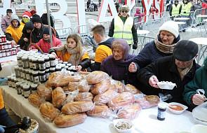 """Akcja """"Podziel się Posiłkiem z Bezdomnymi"""". Wolontariusze przyjeżdżają i odbierają jedzenie w całej Polsce"""