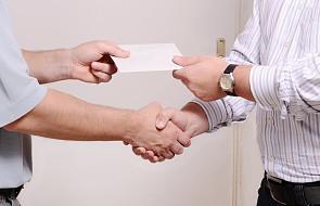 Co myślą Polacy o dawaniu księdzu koperty po kolędzie? Jest nowy sondaż