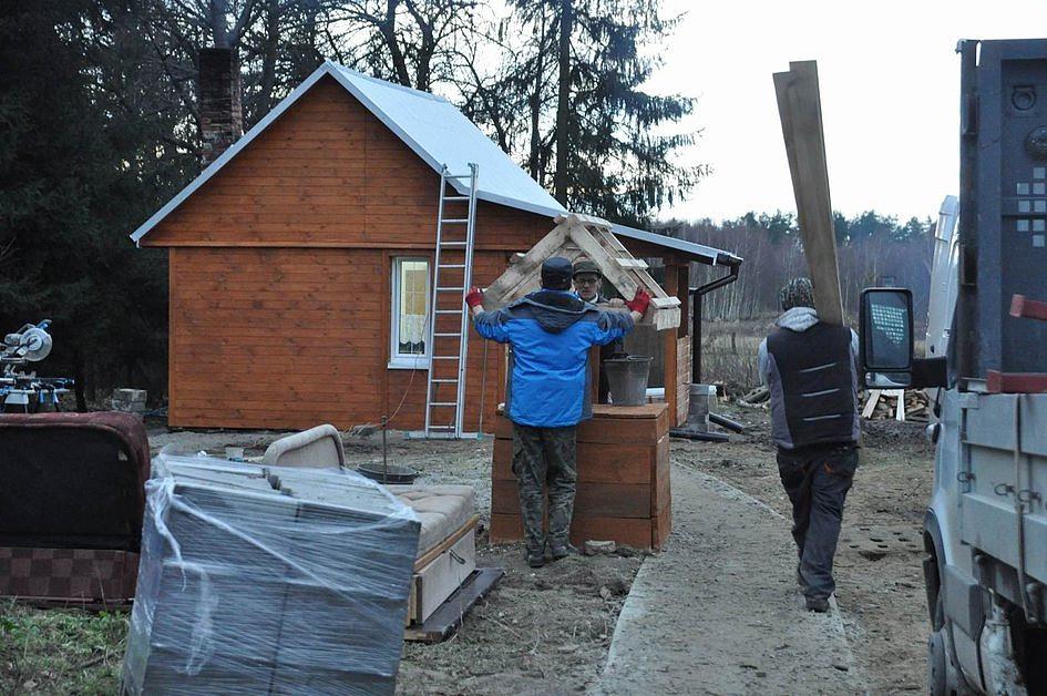 Prosiła o chustkę i drewno na opał, a oni w 6 dni wybudowali jej nowy dom [ZDJĘCIA] - zdjęcie w treści artykułu nr 1