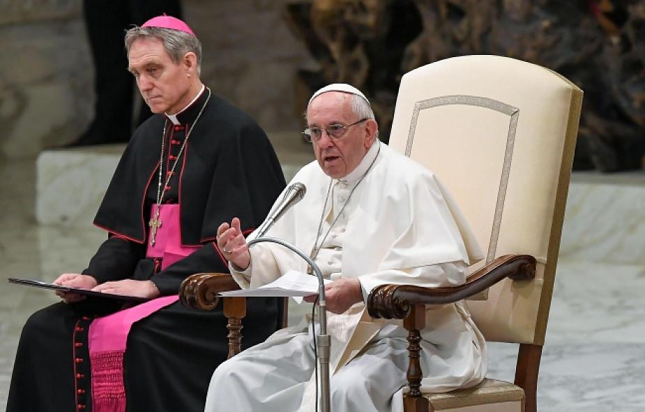 """""""Módlmy się, aby Pan nawrócił serca handlarzy"""". Papież wzywa do walki z procederem handlu ludźmi"""