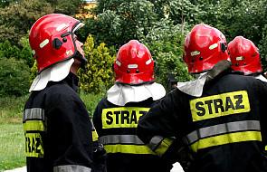 Strażacy usuwali plamę oleju z drogi. Podbiegł do nich mężczyzna wiozący żonę na porodówkę