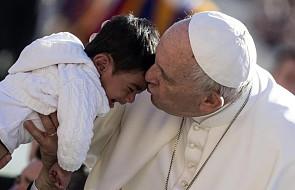 Franciszek przyjął w domu św. Marty grupę uchodźców. Przybyli dzięki korytarzom humanitarnym
