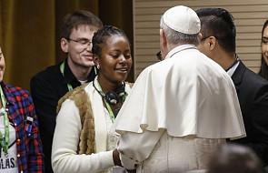 """""""Wielu wykorzystujących kobiety to katolicy"""" - dziewczyna zmuszona do prostytucji pyta papieża"""