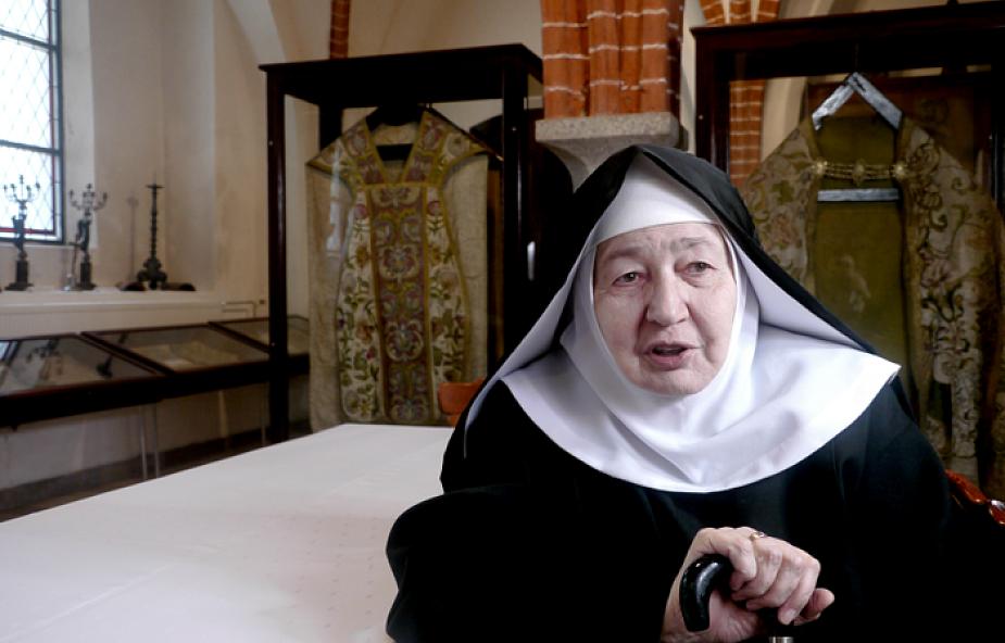 Głupie zakonnice, służące duchownych