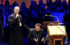 Abp Ryś uklęknął przed tysiącami młodych i poprosił o modlitwę [WIDEO]