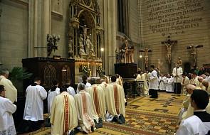 Dlaczego w niektórych kościołach przyjmuje się wszystkie hostie i komunikanty przed Wielkim Czwartkiem?