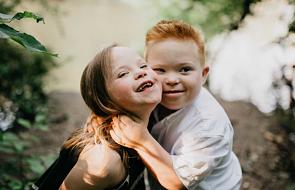 Ta dwójka 7-latków z zespołem Downa uczy, czym jest bezinteresowna miłość