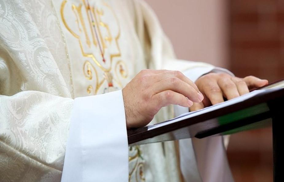 """Dlaczego w niedziele Wielkiego Postu nie wykonuje się pieśni """"Chwała na wysokości Bogu?"""""""