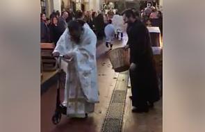 Ksiądz wjechał na hulajnodze w czasie liturgii. Oburzeni? Koniecznie przeczytajcie komentarz specjalisty