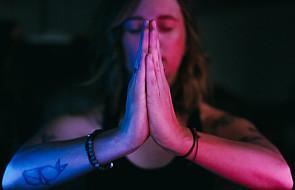 Wylanie czy udawanie? Pułapki modlitwy uwielbieniowej