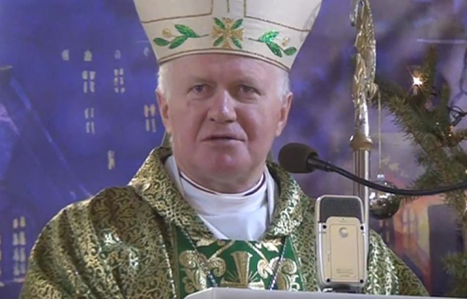 Abp Szal: świadectwem wiary może być znak krzyża, czyniony obok kościoła