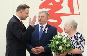 Brat ks. Popiełuszki i jego małżonka z medalem od Prezydenta RP
