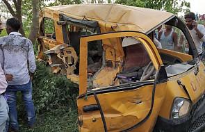 Indie: 13 dzieci zginęło, gdy szkolny bus wjechał pod pociąg