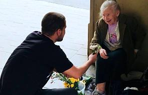 Po ile te kwiaty? -  zapytał staruszkę. A potem wzruszył nie tylko ją, ale też Internautów. Kochamy takie historie!