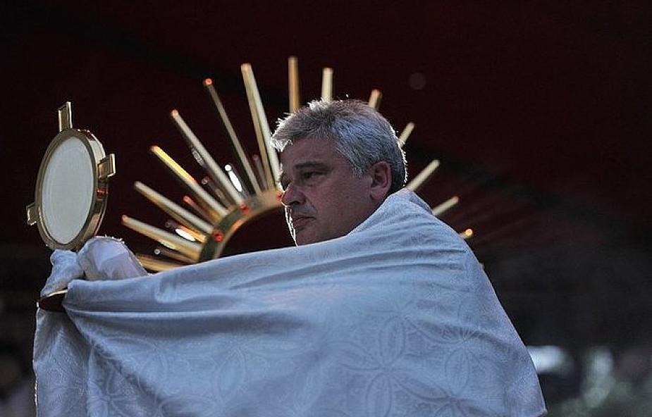 Abp Krajewski: opalajcie się przed Najświętszym Sakramentem!