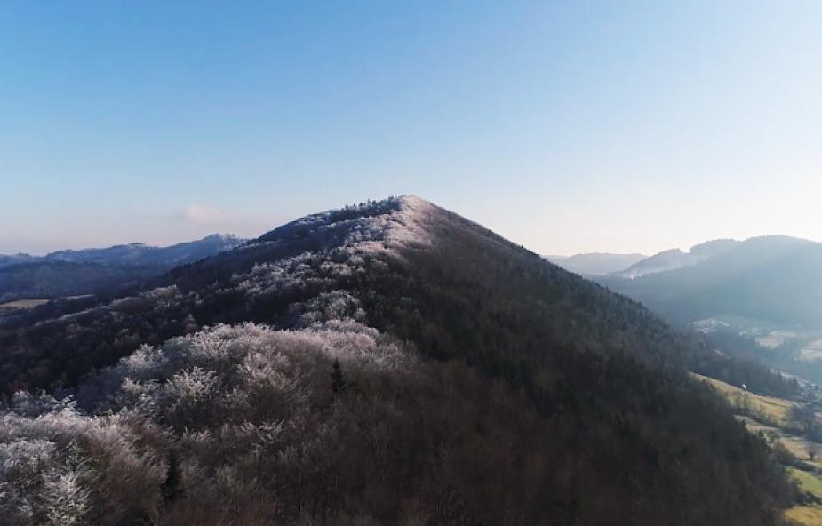 Zobacz, jak zima zmienia się w wiosnę. Piękno Beskidów na 2,5 minutowym filmie [WIDEO]