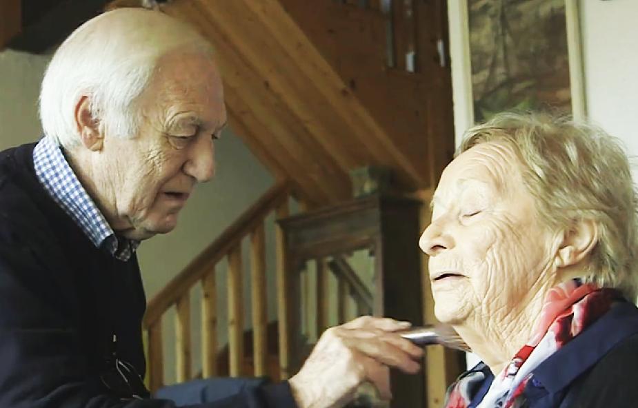 84-letni mężczyzna każdego dnia robi makijaż swojej żonie. Powód wzrusza i daje do myślenia [WIDEO]