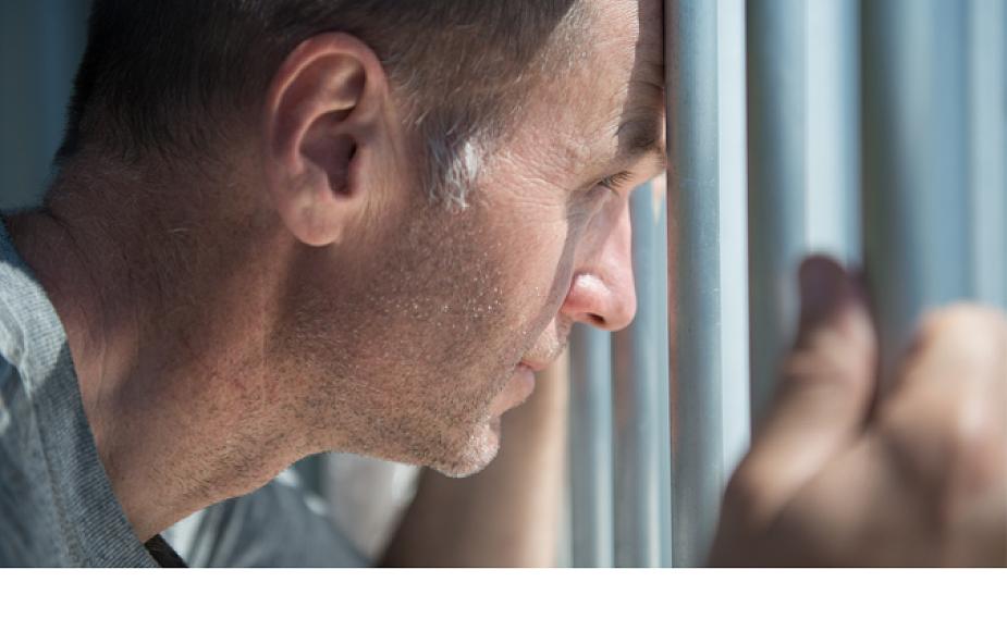 Spotyka się z facetem, który poszedł do więzienia