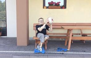 Podbijanie piłki przez tego niepełnosprawnego kibica cię zaskoczy. Tak wziął udział w akcji Zbigniewa Bońka