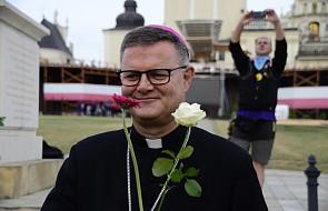 Bp Śmigiel: Maryja jest obok nas i dyskretnie potrafi pomóc człowiekowi
