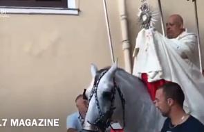 Groźnie wyglądający wypadek arcybiskupa w czasie procesji Bożego Ciała. Spadł z konia wraz z monstrancją