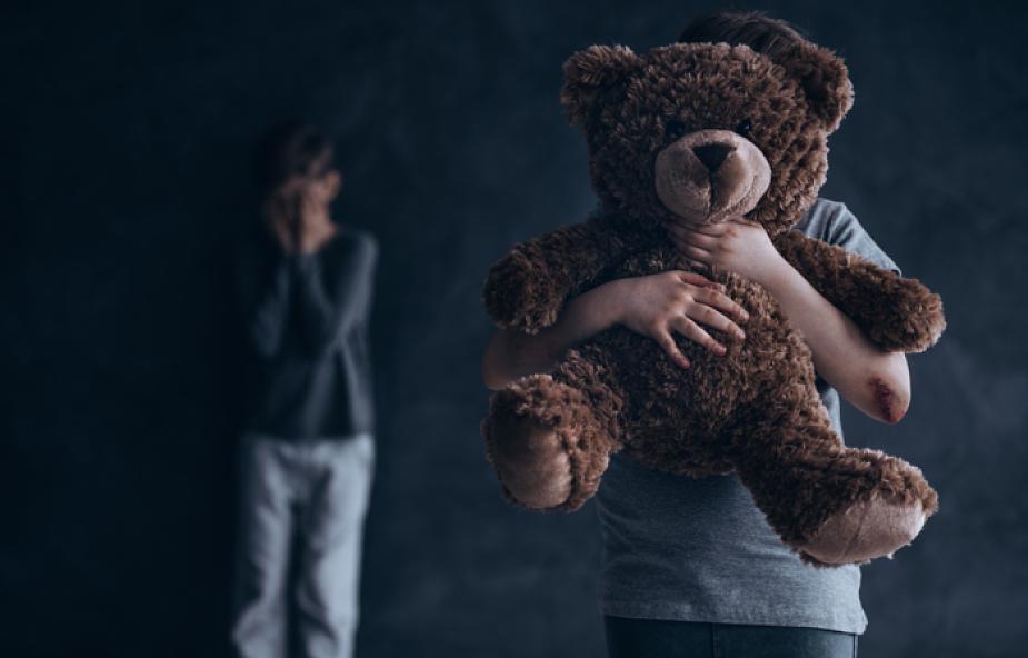 """""""Pamiętasz, jak cię przytuliłem?"""" - pisał ksiądz do 11-letniego chłopca. O wykorzystywaniu seksualnym dzieci [WYWIAD]"""